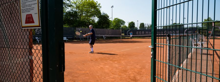 Tennisplatz mit offenem Tor