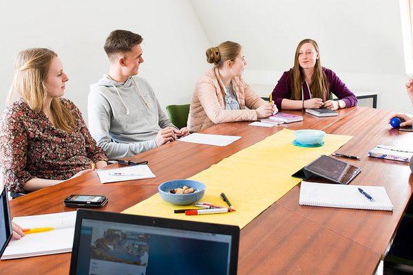 Jugendliche in einer Besprechung
