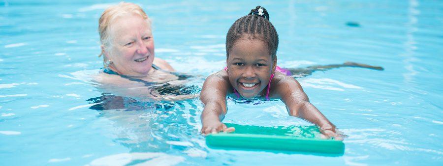 ÜL mit Mädchen im Wasser zum Schwimmenlernen