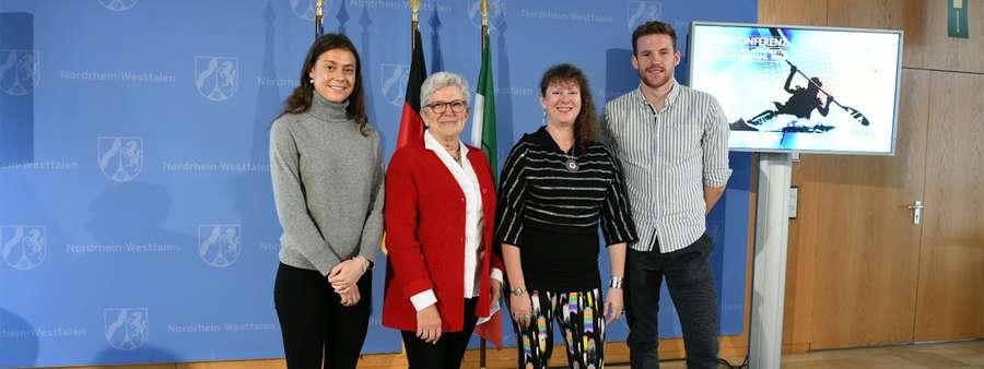 drei Frauen und ein Mann bei der Pressekonferenz