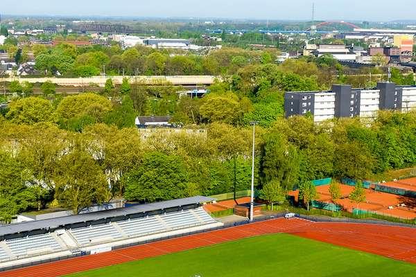 Duisburg von oben, Industrie, Sportplatz