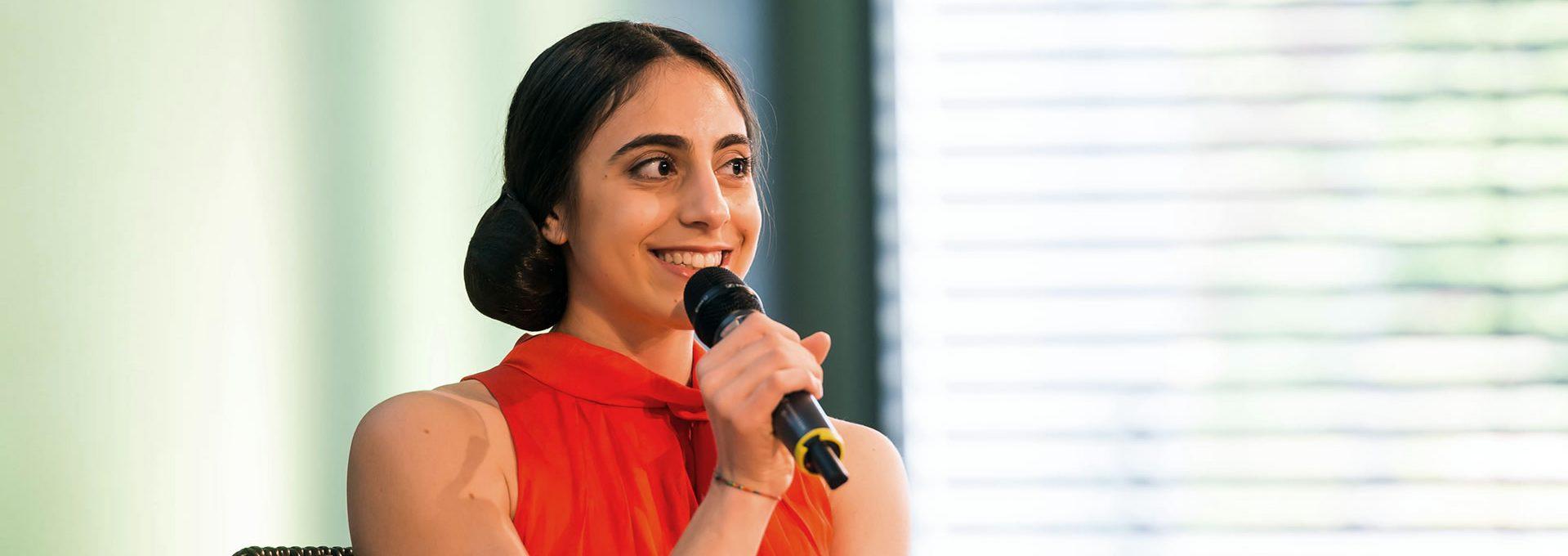 Footerbild Medien Frau mit Mikrofon
