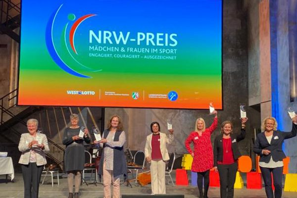 Preisträgerinnen auf der Bühne