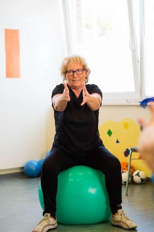 Aktuelles aus dem Programm Bewegt ÄLTER werden in NRW! Frau mit Gymnastikball
