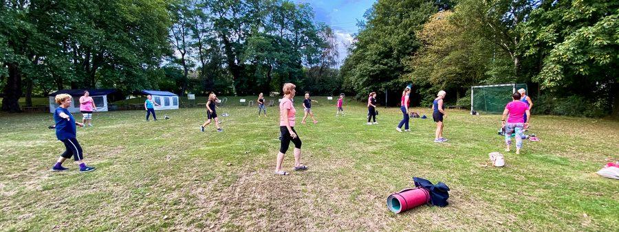 Menschen beim Sport im Park