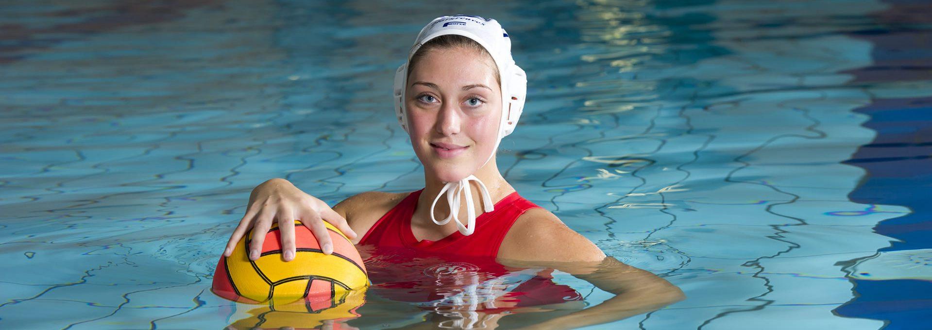 Footerbild Sporträume & Umwelt: Schwimmerin im Hallenbad