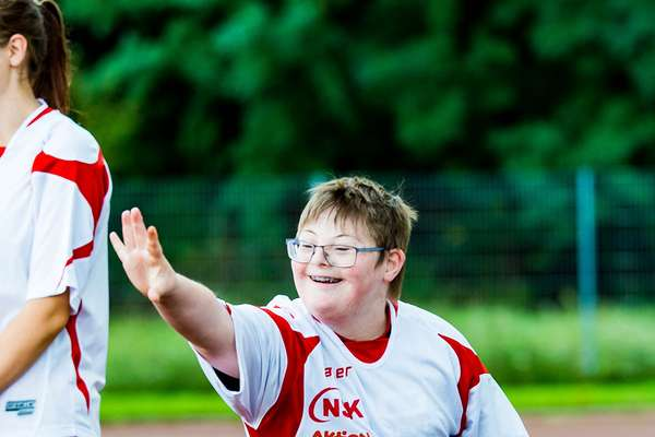 Junge mit Downsyndrom beim Sport