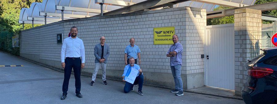 Männer bei der Übergabe eines Zertifikats