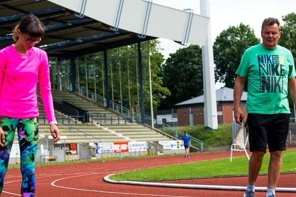 Zwei Personen beim Leichtathletiktraining