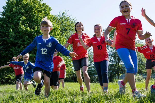 Kinder beim Sport draußen