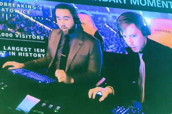 Zwei Männer beim Computer spielen