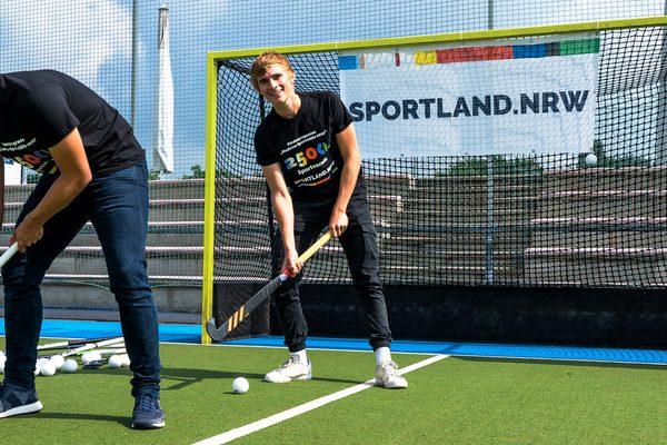 Zwei Jungs beim Hockey spielen