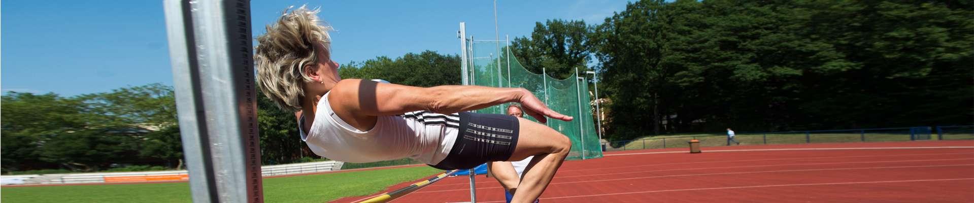 Headerbild Sportabzeichen Wettbewerbe: Frau beim Hochsprung