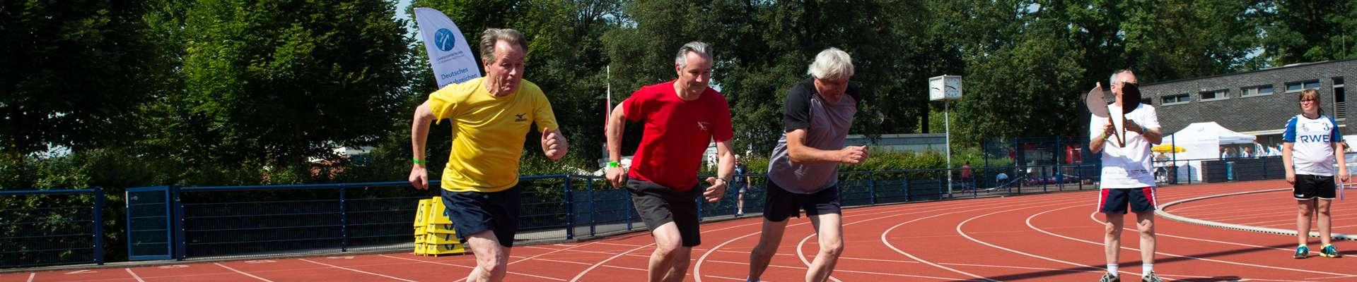 Headerbild Weg zum Sportabzeichen: Franz Müntefering mit zwei weiteren Läufern beim Start