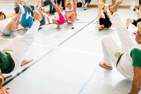 Kinder und Erwachsene beim Sport in der Halle