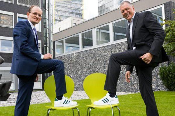 Zwei Männer zeigen ihre Sneaker
