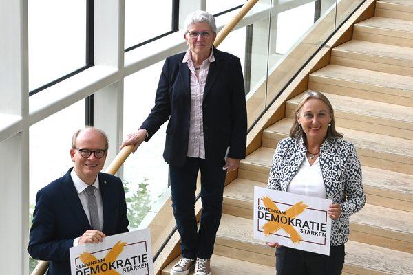 Zwei Frauen und ein Mann im Landtag NRW