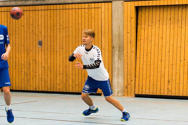 vier Jungs beim Handball spielen