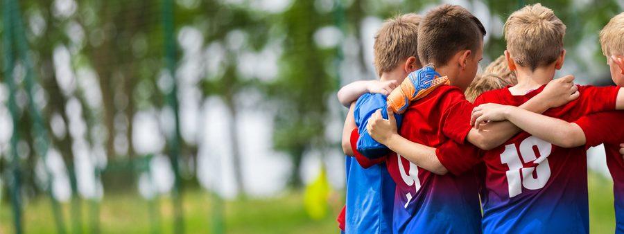 Glückliche Kinder auf dem Spielfeld/ Bildquelle: © Stock.adobe.com/matimix