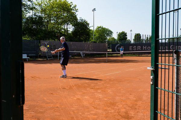 Mann beim Tennis spielen