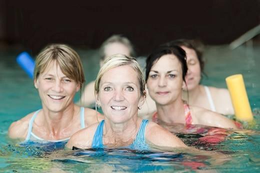 Gruppe Älterer bei Aquafitness