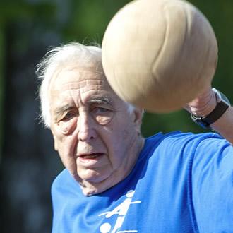 Älterer Sportler mit Ball